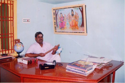 Sre Bhaaskharamaharishi reading nadi leaves